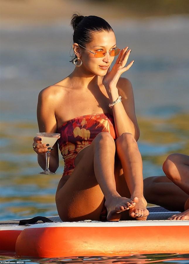 Bella Hadid khoe dáng siêu mẫu, đẹp như tranh vẽ trên biển ảnh 7