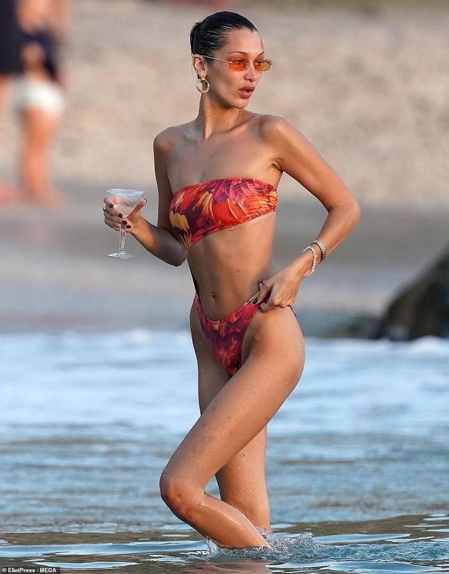 Bella Hadid khoe dáng siêu mẫu, đẹp như tranh vẽ trên biển ảnh 9
