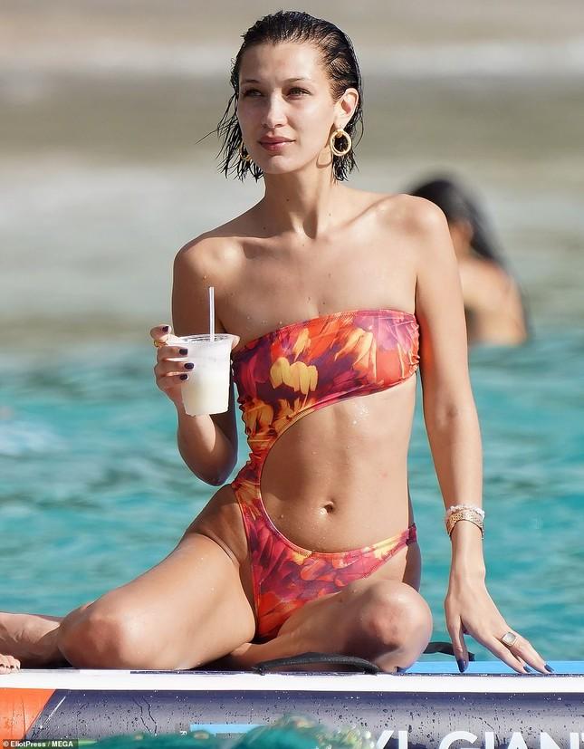 Bella Hadid khoe dáng siêu mẫu, đẹp như tranh vẽ trên biển ảnh 1