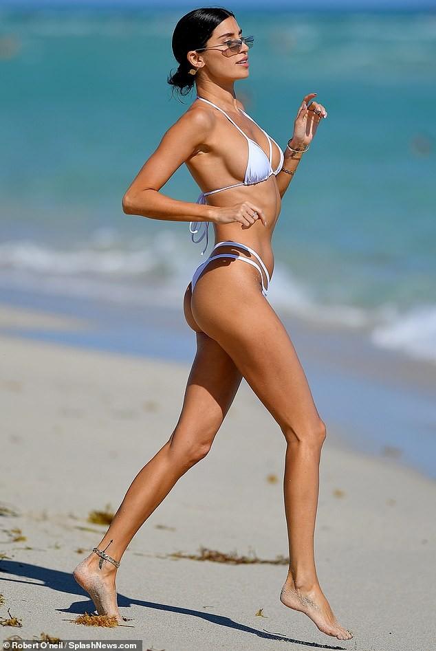 'Mỹ nhân nóng bỏng nhất Canada' mặc bikini bé xíu phô đường cong tuyệt mỹ ảnh 2