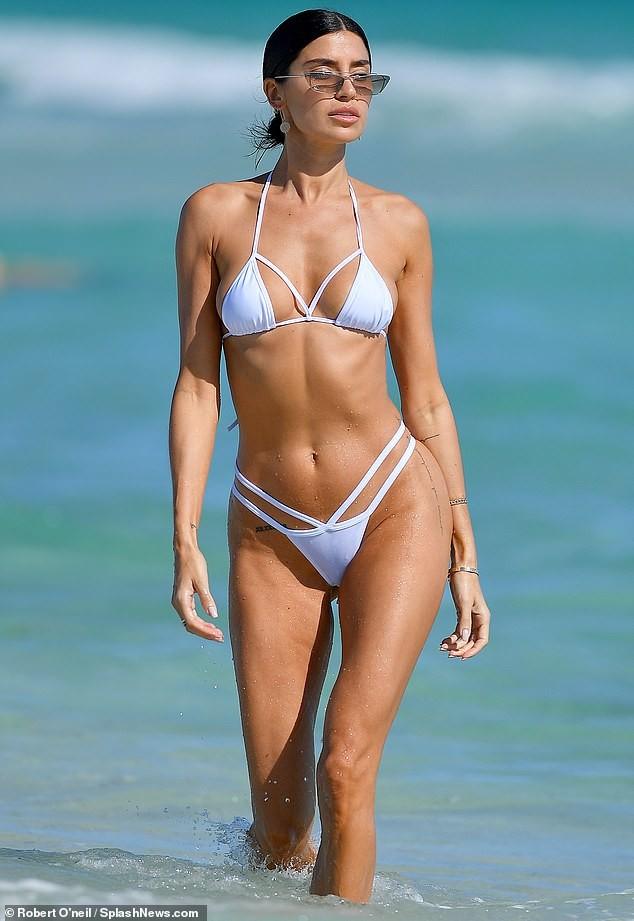 'Mỹ nhân nóng bỏng nhất Canada' mặc bikini bé xíu phô đường cong tuyệt mỹ ảnh 3