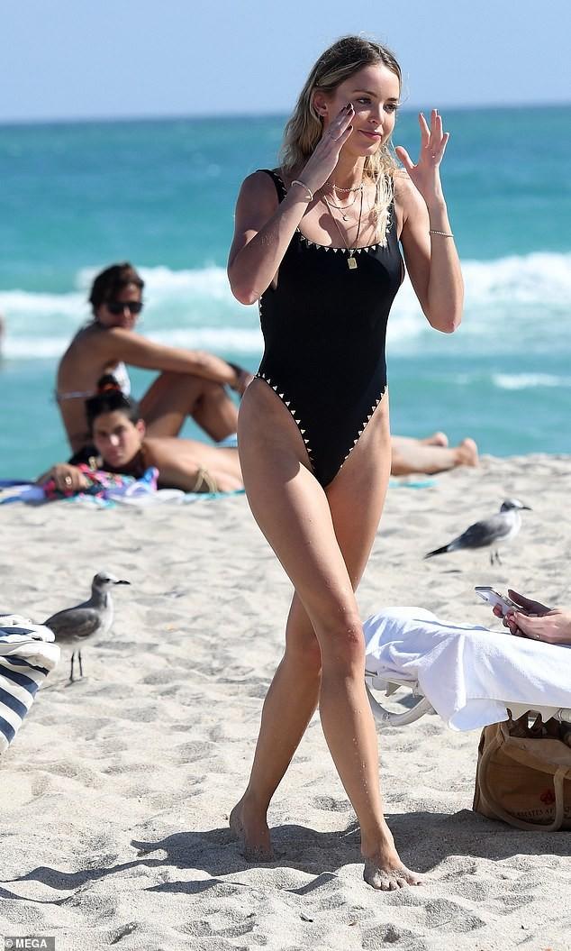 Kaitlynn Carter khoe dáng nóng bỏng với bikini sau chia tay Miley Cyrus 3 tháng ảnh 1