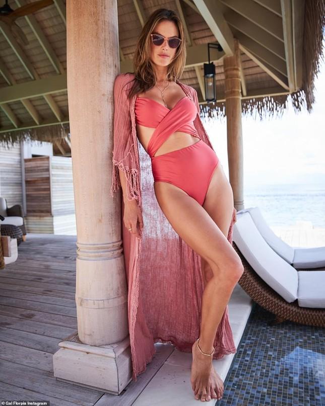 Thân hình quyến rũ 'khó cưỡng' của cựu 'thiên thần nội y' Alessandra Ambrosio ảnh 4