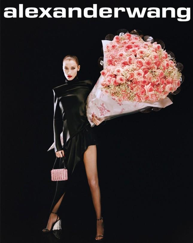 Bella Hadid khoe vóc dáng tuyệt mỹ, chân thon dài bất tận ảnh 1