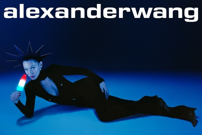 Bella Hadid khoe vóc dáng tuyệt mỹ, chân thon dài bất tận ảnh 4