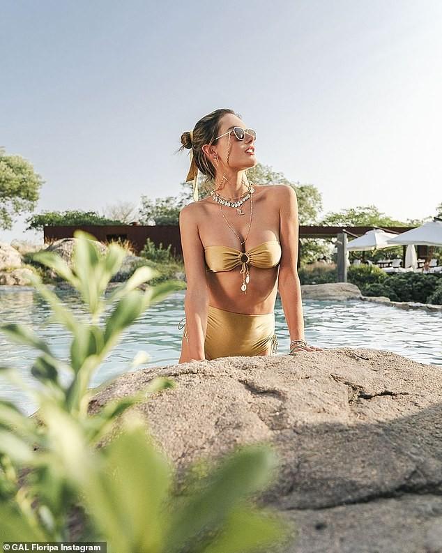 Alessandra Ambrosio thả dáng chụp ảnh sexy trên biển với áo tắm nhỏ xíu ảnh 4