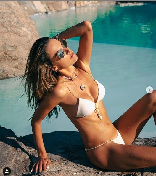 Alessandra Ambrosio thả dáng chụp ảnh sexy trên biển với áo tắm nhỏ xíu ảnh 6
