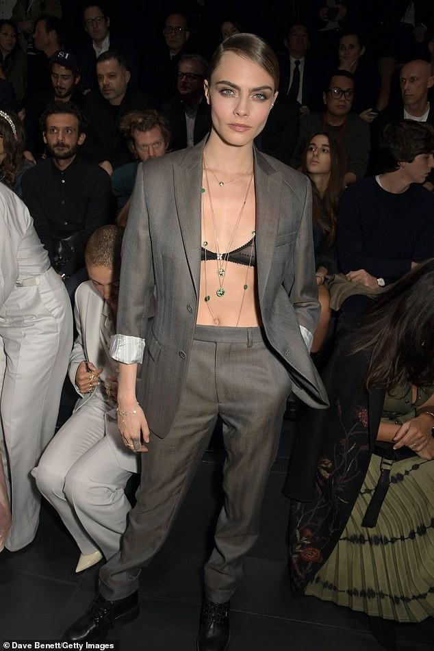 Siêu mẫu Cara Delevingne phanh áo khoe nội y đi sự kiện ảnh 1