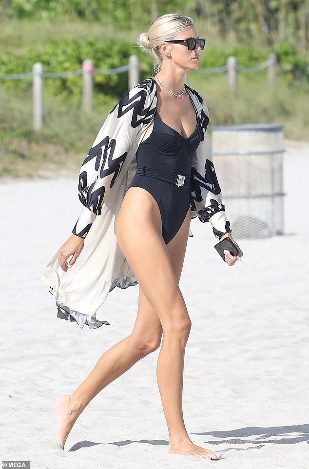Chiêm ngưỡng vóc dáng đẹp 'từng cm' của siêu mẫu Devon Windsor với bikini ảnh 4