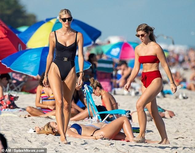 Chiêm ngưỡng vóc dáng đẹp 'từng cm' của siêu mẫu Devon Windsor với bikini ảnh 5