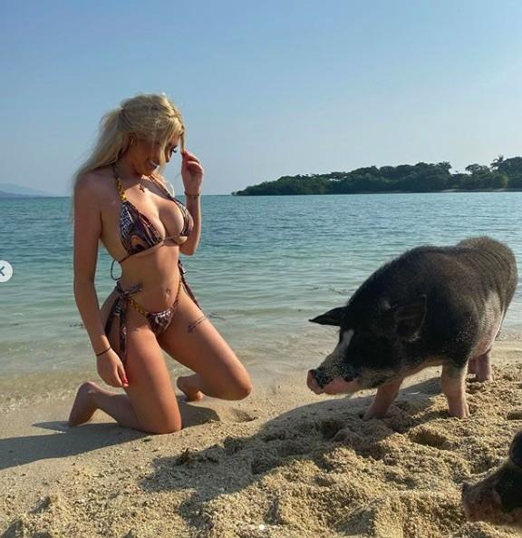 Chloe Ferry chụp ảnh bikini nóng bỏng cùng heo ở biển ảnh 1