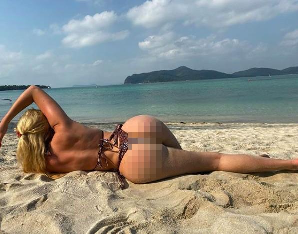 Chloe Ferry chụp ảnh bikini nóng bỏng cùng heo ở biển ảnh 7