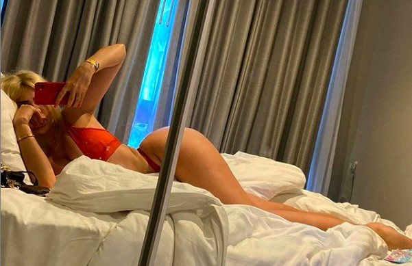 Chloe Ferry chụp ảnh bikini nóng bỏng cùng heo ở biển ảnh 8