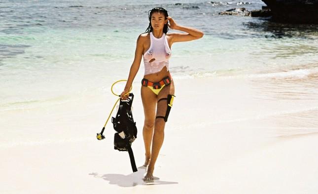 Siêu mẫu Kelly Gale mặc áo bơi mỏng tang, lộ điểm nhạy cảm ảnh 6