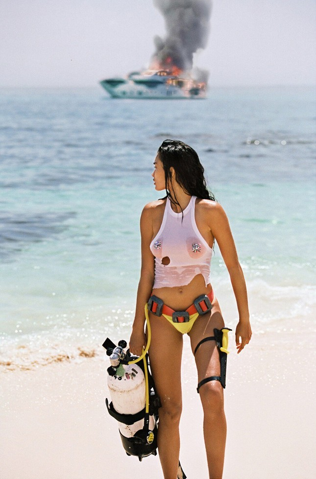 Siêu mẫu Kelly Gale mặc áo bơi mỏng tang, lộ điểm nhạy cảm ảnh 1