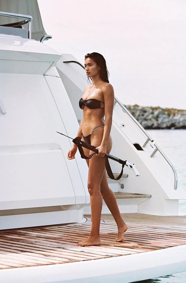 Siêu mẫu Kelly Gale mặc áo bơi mỏng tang, lộ điểm nhạy cảm ảnh 7