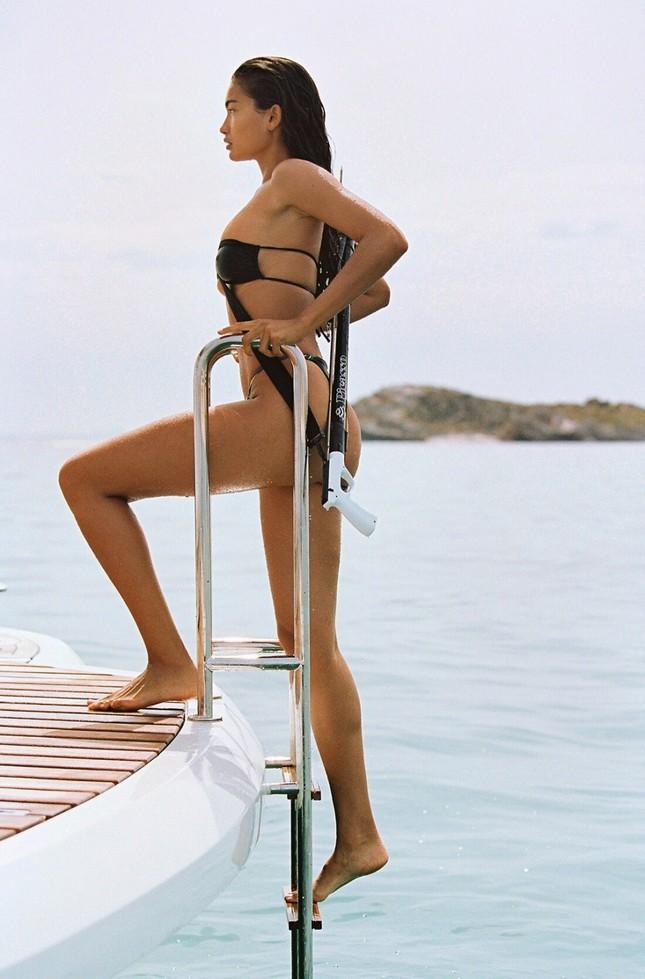 Siêu mẫu Kelly Gale mặc áo bơi mỏng tang, lộ điểm nhạy cảm ảnh 8