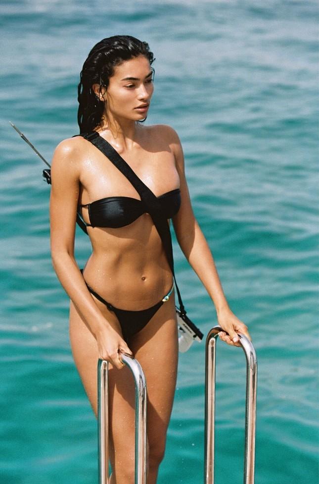 Siêu mẫu Kelly Gale mặc áo bơi mỏng tang, lộ điểm nhạy cảm ảnh 9