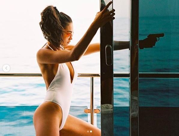 Siêu mẫu Kelly Gale mặc áo bơi mỏng tang, lộ điểm nhạy cảm ảnh 15