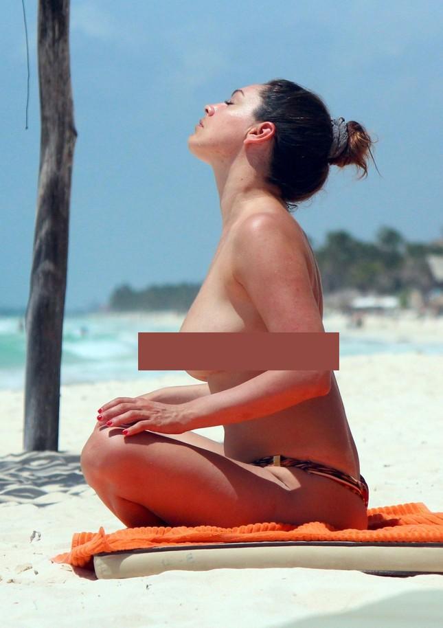 Mỹ nhân có thể hình 'kỳ quan thứ 8' táo bạo 'thả rông' phơi nắng ảnh 4