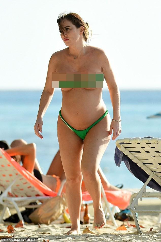 Mang bầu, Lauryn Goodman táo bạo diện áo tắm như không mặc trên biển ảnh 2