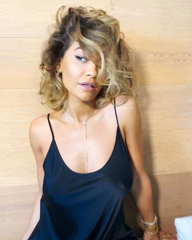 Rita Ora mặc nội y, 'thả rông' vòng 1 nóng bỏng hết nấc ảnh 4