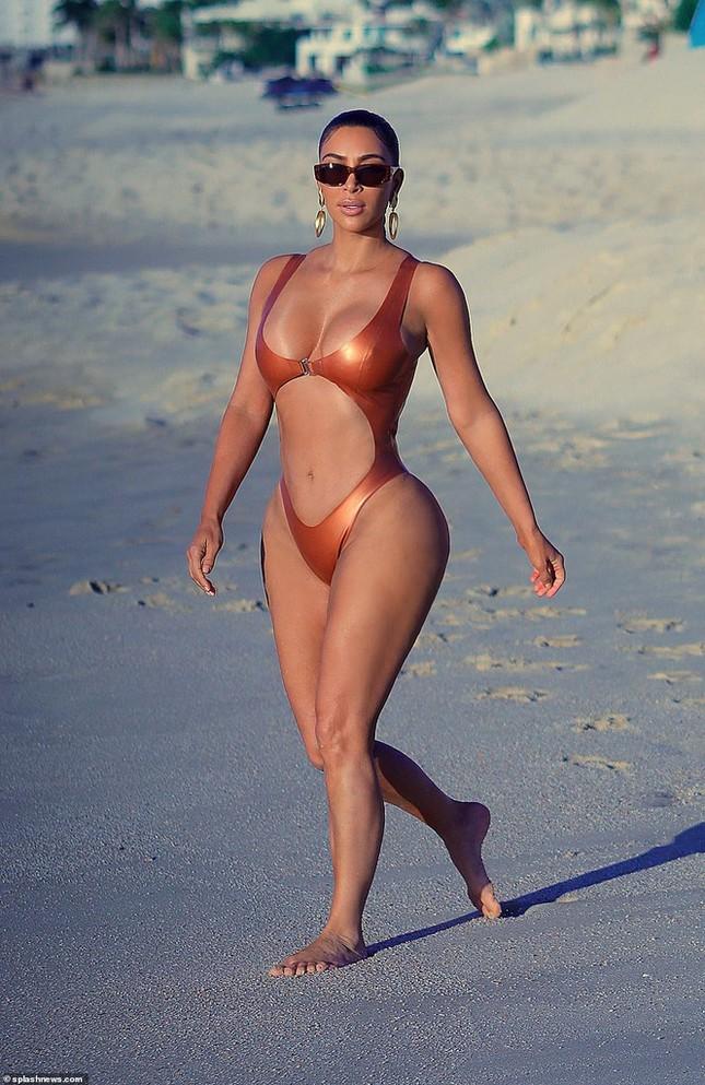 Kim Kardashian khoe vòng 3 'bốc lửa' với đồ bơi bé xíu ảnh 6