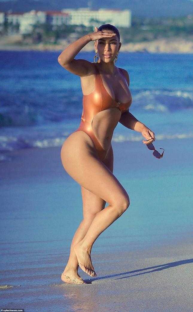 Kim Kardashian khoe vòng 3 'bốc lửa' với đồ bơi bé xíu ảnh 7