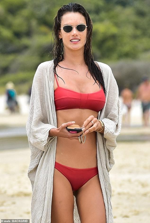 Alessandra Ambrosio đẹp nuột nà với áo tắm 2 mảnh nhỏ xíu ảnh 1