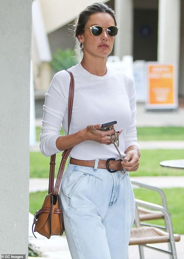 Alessandra Ambrosio đẹp nuột nà với áo tắm 2 mảnh nhỏ xíu ảnh 4