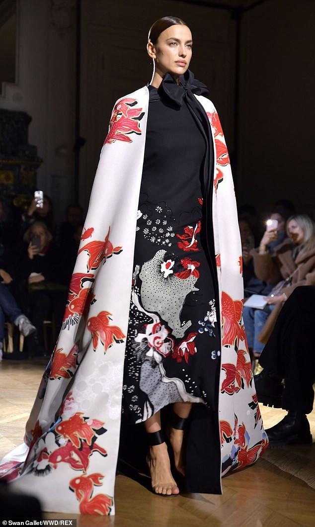 Con gái siêu mẫu của Cindy Crawford mặc trễ ngực, catwalk đẹp như thiên thần ảnh 6