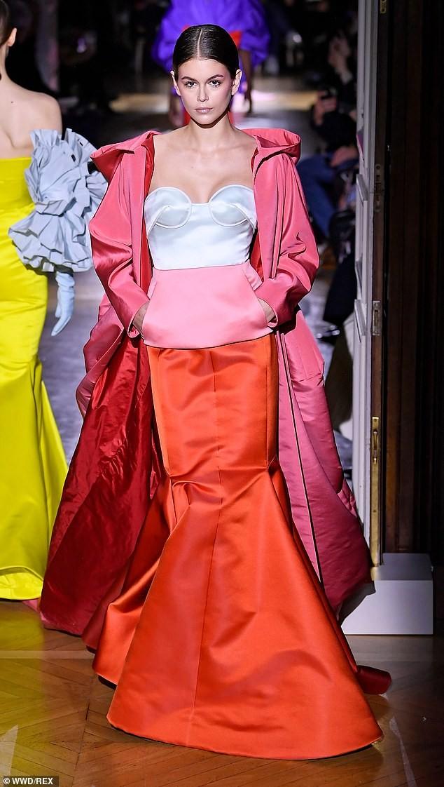 Con gái siêu mẫu của Cindy Crawford mặc trễ ngực, catwalk đẹp như thiên thần ảnh 4