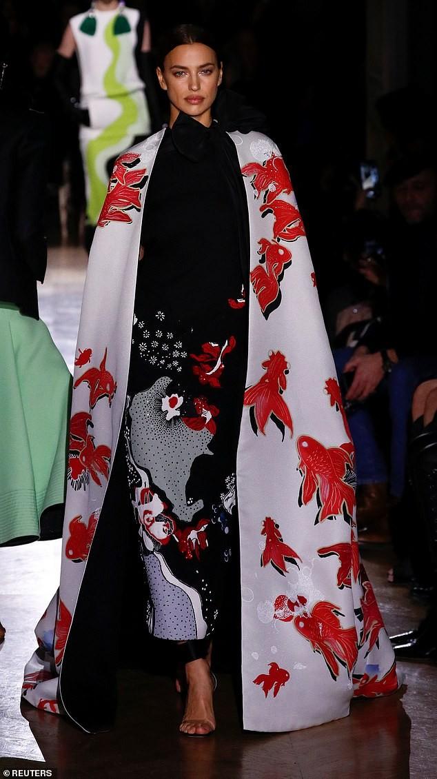 Con gái siêu mẫu của Cindy Crawford mặc trễ ngực, catwalk đẹp như thiên thần ảnh 5