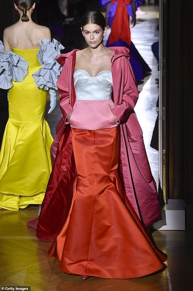 Con gái siêu mẫu của Cindy Crawford mặc trễ ngực, catwalk đẹp như thiên thần ảnh 1