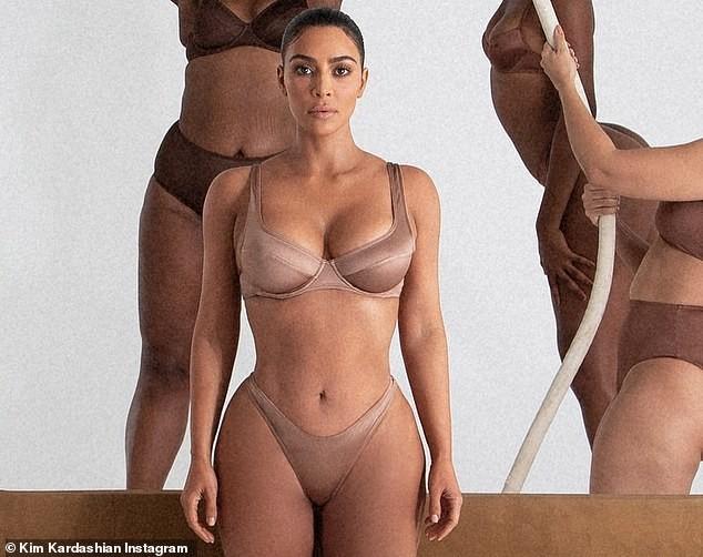'Kim siêu vòng 3' khoe dáng đồng hồ cát trứ danh cùng loạt mẫu nội y ảnh 1