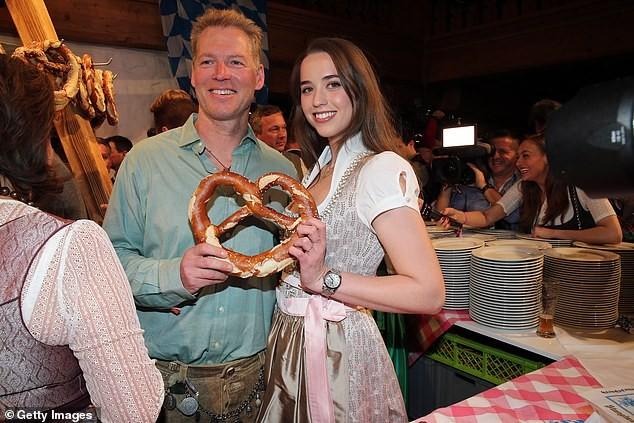'Kẻ huỷ diệt' Arnold Schwarzenegger vui vẻ bên bạn gái kém 27 tuổi ảnh 4