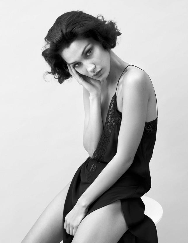 Chị em siêu mẫu nhà Hadid khoe thân táo bạo trên tạp chí ảnh 3