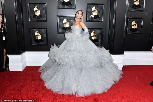 Dàn mỹ nhân diện mốt không nội y, khoe ngực đầy nóng bỏng tại Grammy 2020 ảnh 1