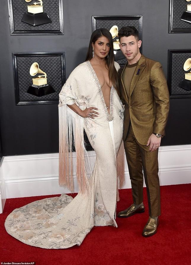 Dàn mỹ nhân diện mốt không nội y, khoe ngực đầy nóng bỏng tại Grammy 2020 ảnh 5