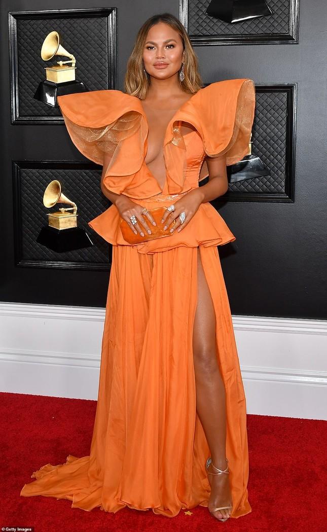 Chrissy Teigen ngực trần 'nảy lửa', sánh đôi chồng tại thảm đỏ Grammy 2020 ảnh 1