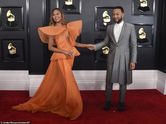 Chrissy Teigen ngực trần 'nảy lửa', sánh đôi chồng tại thảm đỏ Grammy 2020 ảnh 3