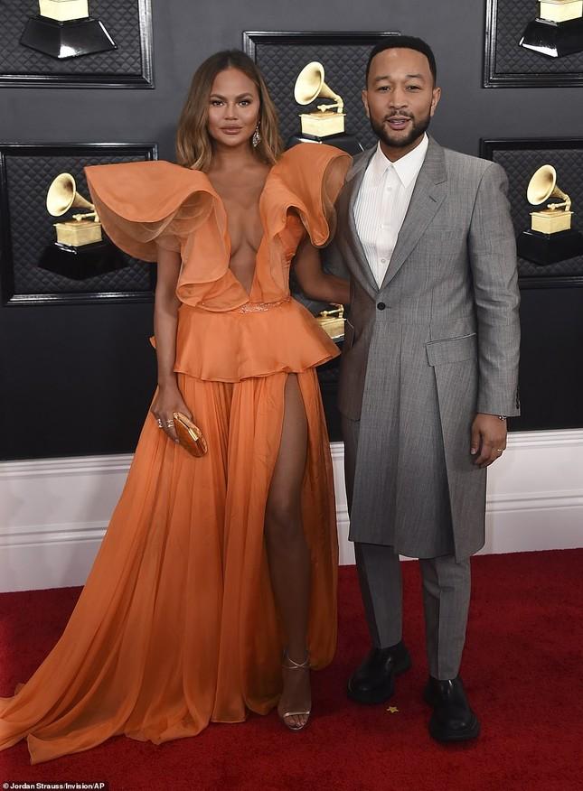 Chrissy Teigen ngực trần 'nảy lửa', sánh đôi chồng tại thảm đỏ Grammy 2020 ảnh 4