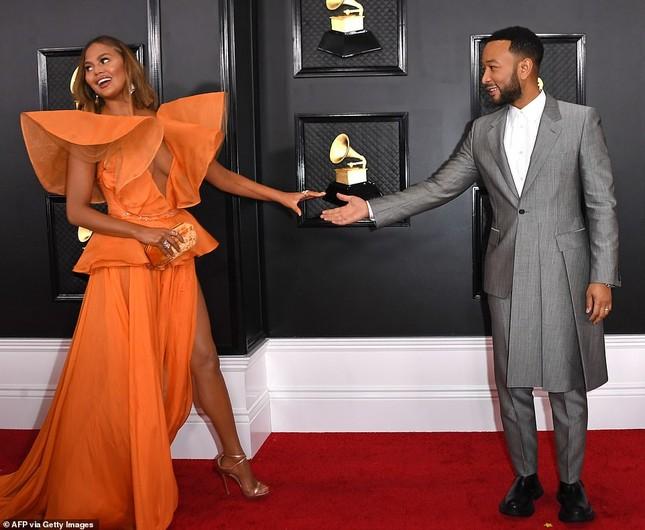 Chrissy Teigen ngực trần 'nảy lửa', sánh đôi chồng tại thảm đỏ Grammy 2020 ảnh 5