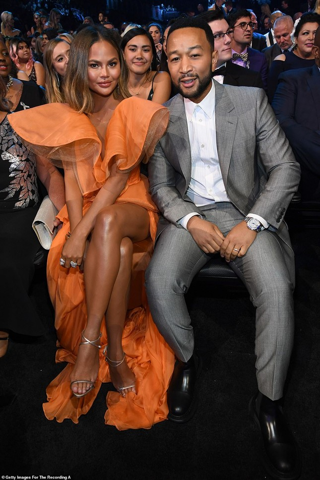 Chrissy Teigen ngực trần 'nảy lửa', sánh đôi chồng tại thảm đỏ Grammy 2020 ảnh 6