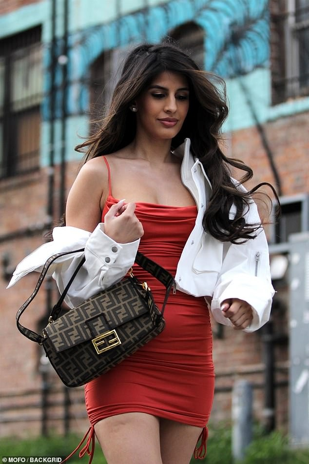 Jasmin Walia 'thả rông' vòng 1 với váy trễ nải ảnh 3