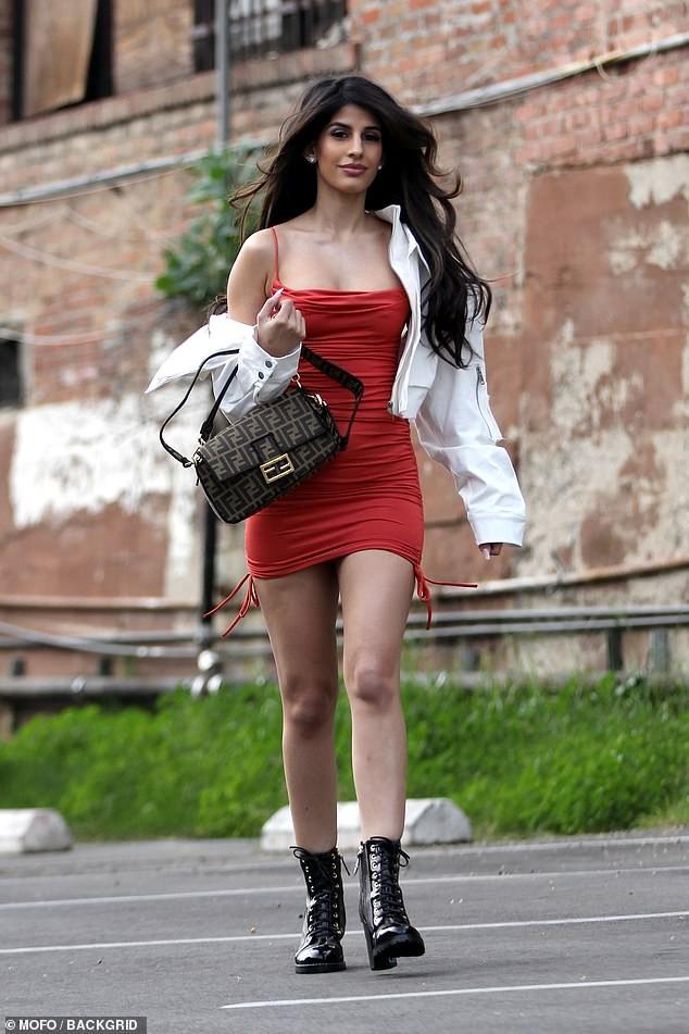 Jasmin Walia 'thả rông' vòng 1 với váy trễ nải ảnh 7