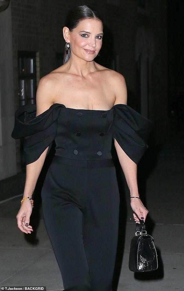 Katie Holmes mặc trễ nải, trẻ trung sành điệu như một fashionista trên phố ảnh 1