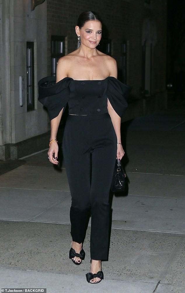 Katie Holmes mặc trễ nải, trẻ trung sành điệu như một fashionista trên phố ảnh 2