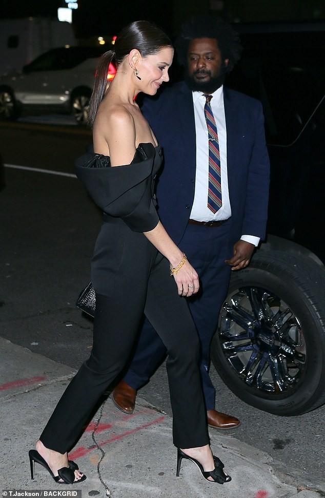 Katie Holmes mặc trễ nải, trẻ trung sành điệu như một fashionista trên phố ảnh 3