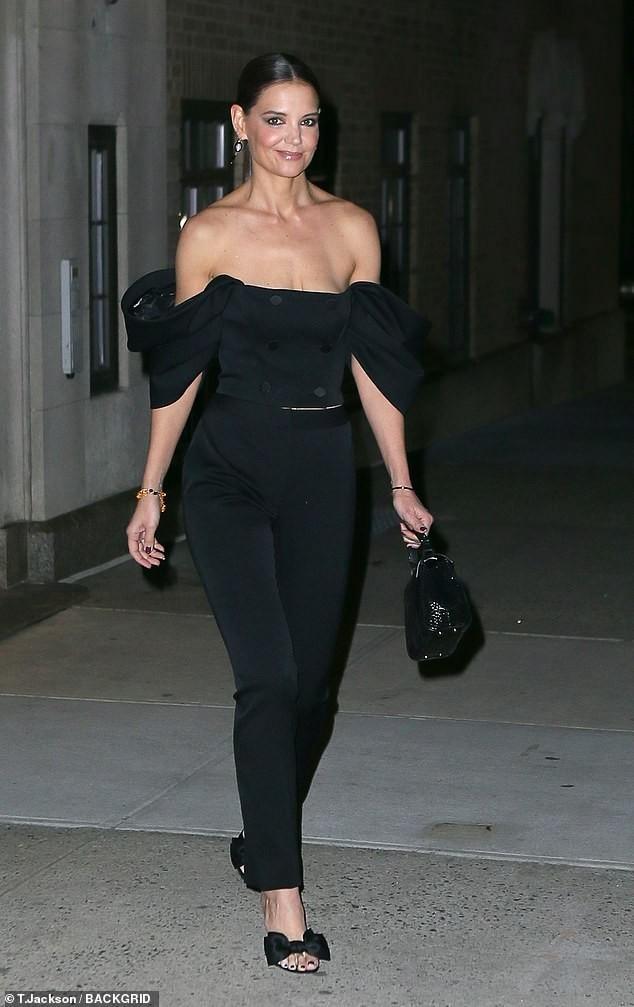Katie Holmes mặc trễ nải, trẻ trung sành điệu như một fashionista trên phố ảnh 4